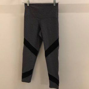 Onzie gray & black pattern crops sz s/m 62884
